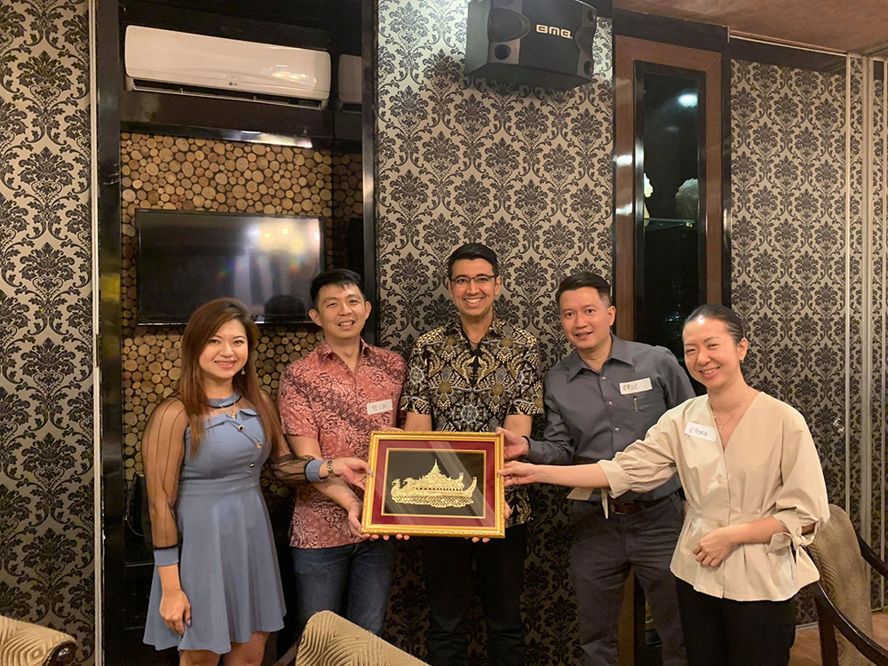 SMUMAC presenting Gulshan (centre), Eric (2nd from right) and Ettoria (far right) with a gift for their help in organising the Alumni Study Mission