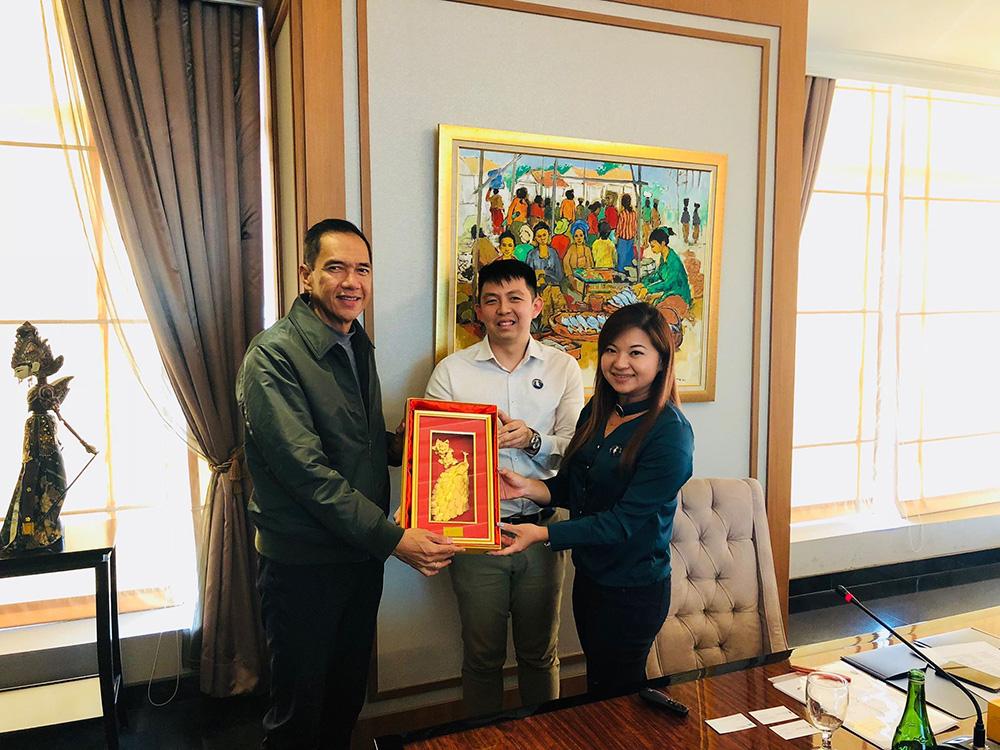 Pak Gita Wirjawan presented with a traditional Myanmarese gift